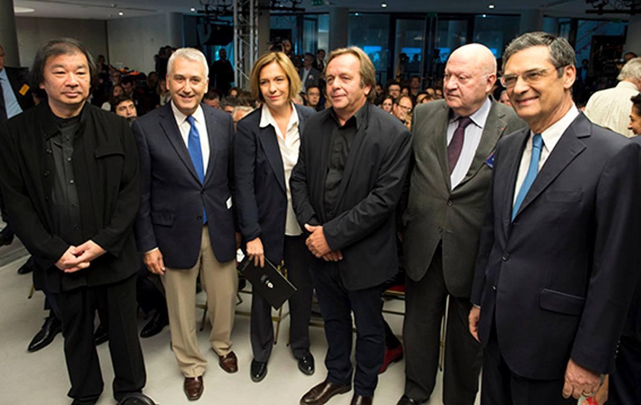 De gauche à droite l'architecte Shigeru Ban, le maire de Boulogne Pierre-Christophe Baguet, la chef d'orchestre Laurence Equilbey, Jean de Gastines, le maire d'Issy André Santini et Patrick Devedjian